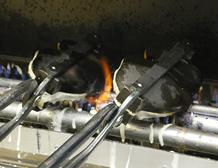 「一丁焼き」という焼き上げ製法で、鯛焼職人が一丁2キロもある焼型で一匹ずつ丁寧に焼き上げます。