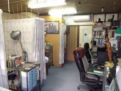 当院の玄関先と施術室。
