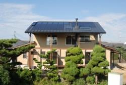 太陽を、熱と発電に利用する「ダブル太陽利用」システム『OMクワトロソーラー』。<br /> お気軽にお問合せください。